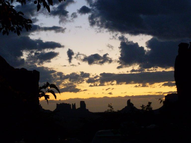 Langzaam verdwijnen de bergen van Monument valley in het avondschemer....