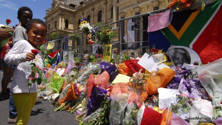 Bloemen worden neergelegd bij de City Hall