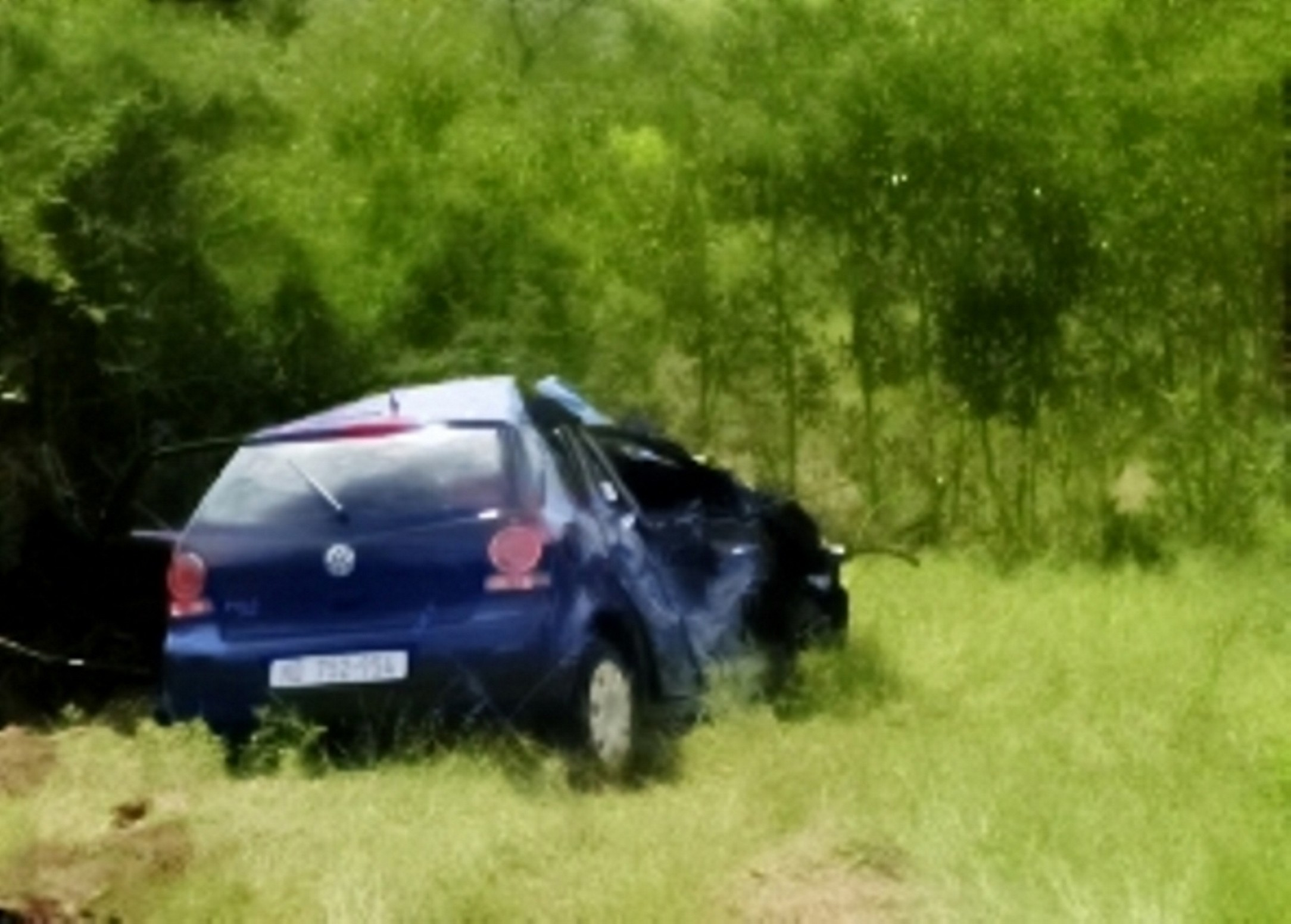 Geheel vernielde auto van de Britse toeriste.