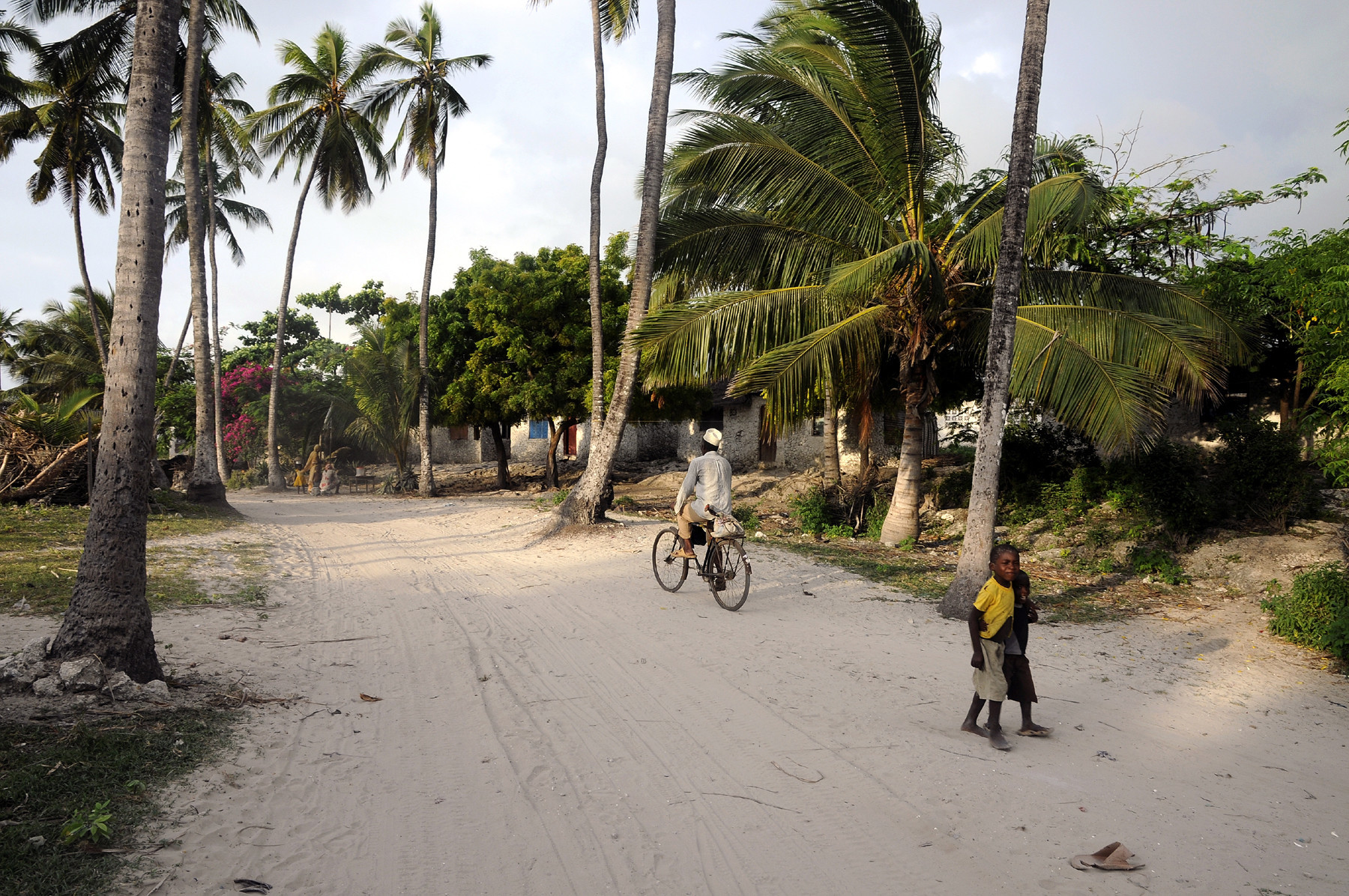 Do as the locals do en stap op de fiets in Zanzibar. Foto: Louise ten Have