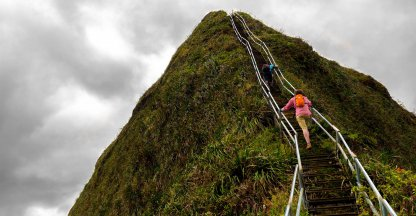Dit uitzicht vanaf deze gruwelijk enge trap moet je zien!