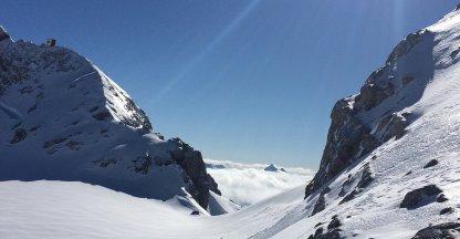 Skiër overleeft val van 45 meter en filmde alles