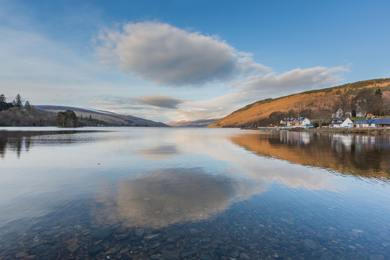 Reflectie in Loch Tay te Kenmore