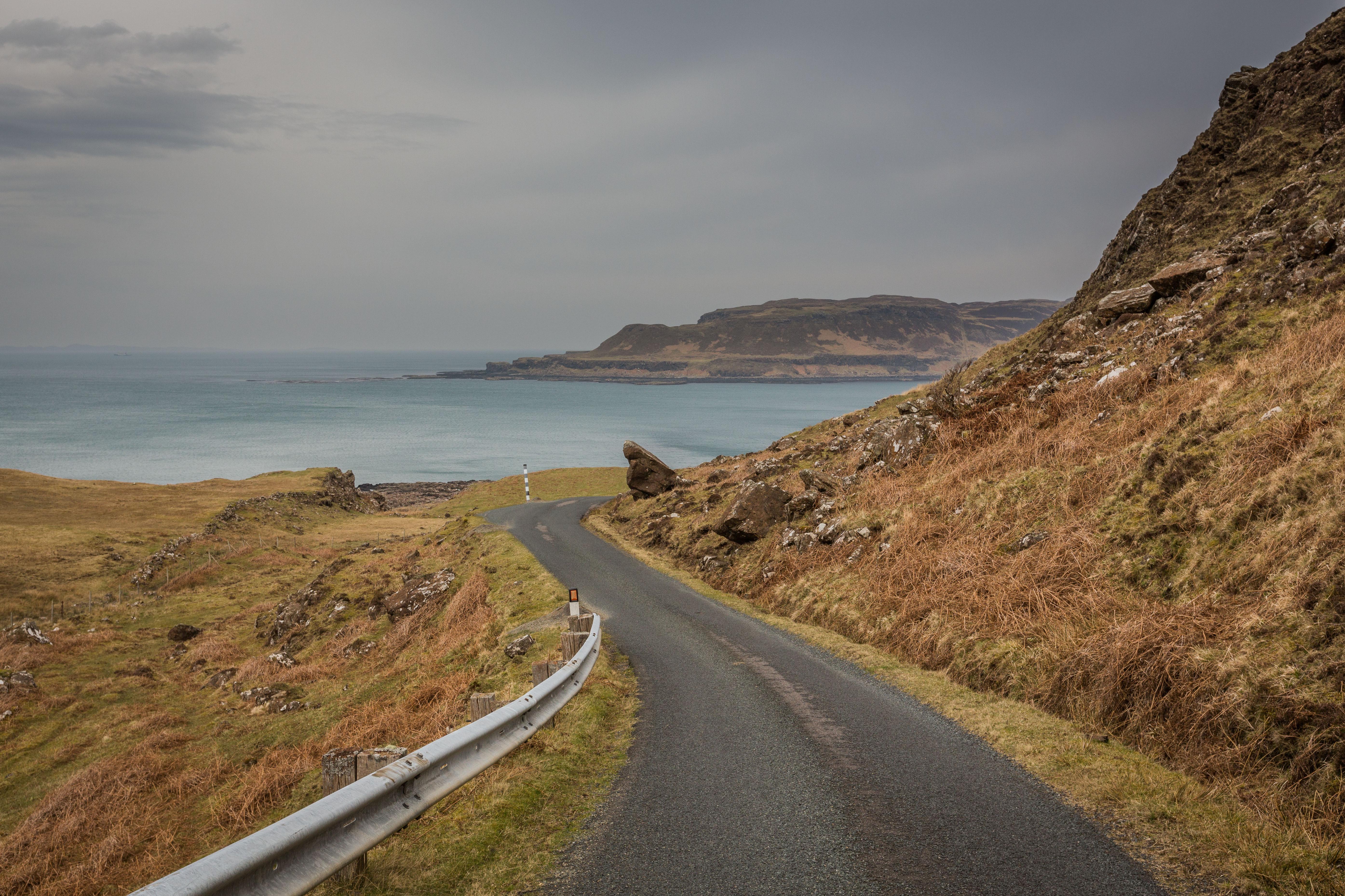 De smalle wegen door het woeste landschap van Mull.