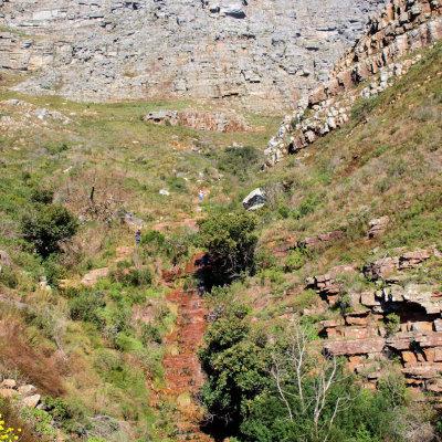 Voorvertoning Het stenen pad dat naar de top (boven in beeld) leid.