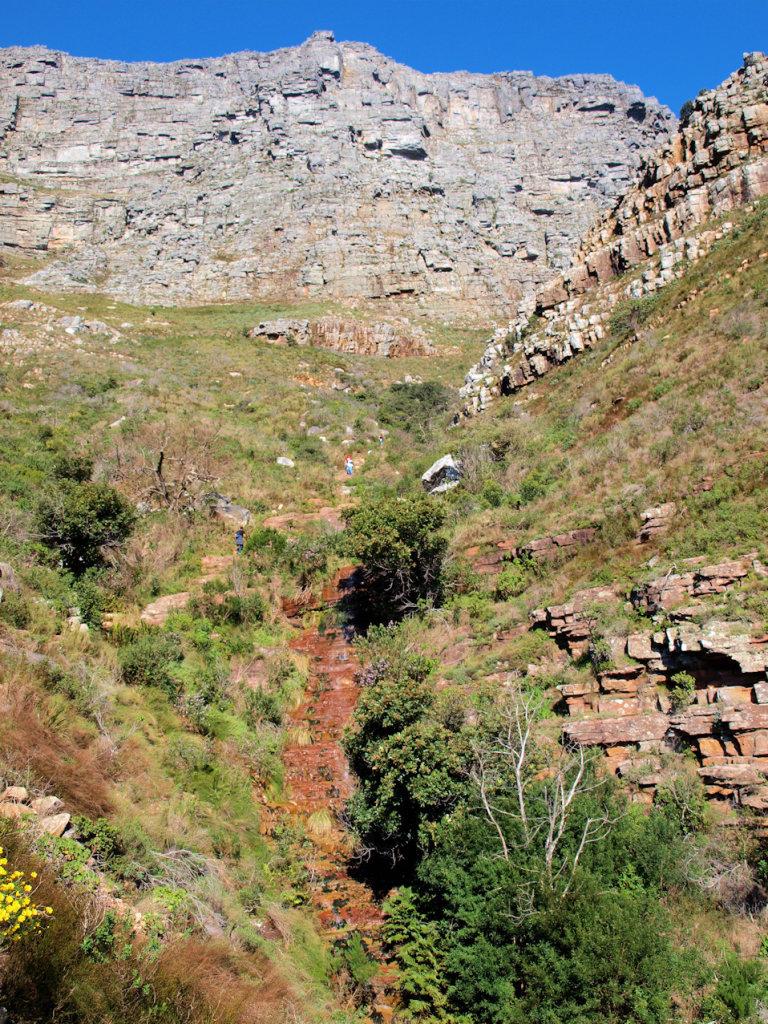Het stenen pad dat naar de top (boven in beeld) leid.