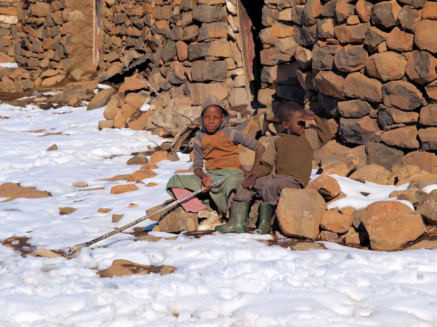 Lokale kindjes in het dorp boven op de berg.