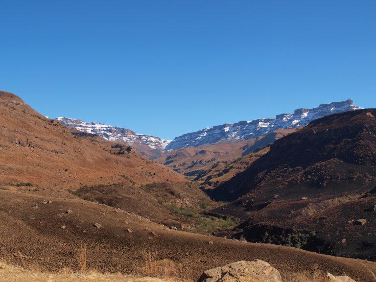 Bovenin het midden ligt onze bestemming. De enigste toegangsweg vanuit het Zuiden Lesotho in.