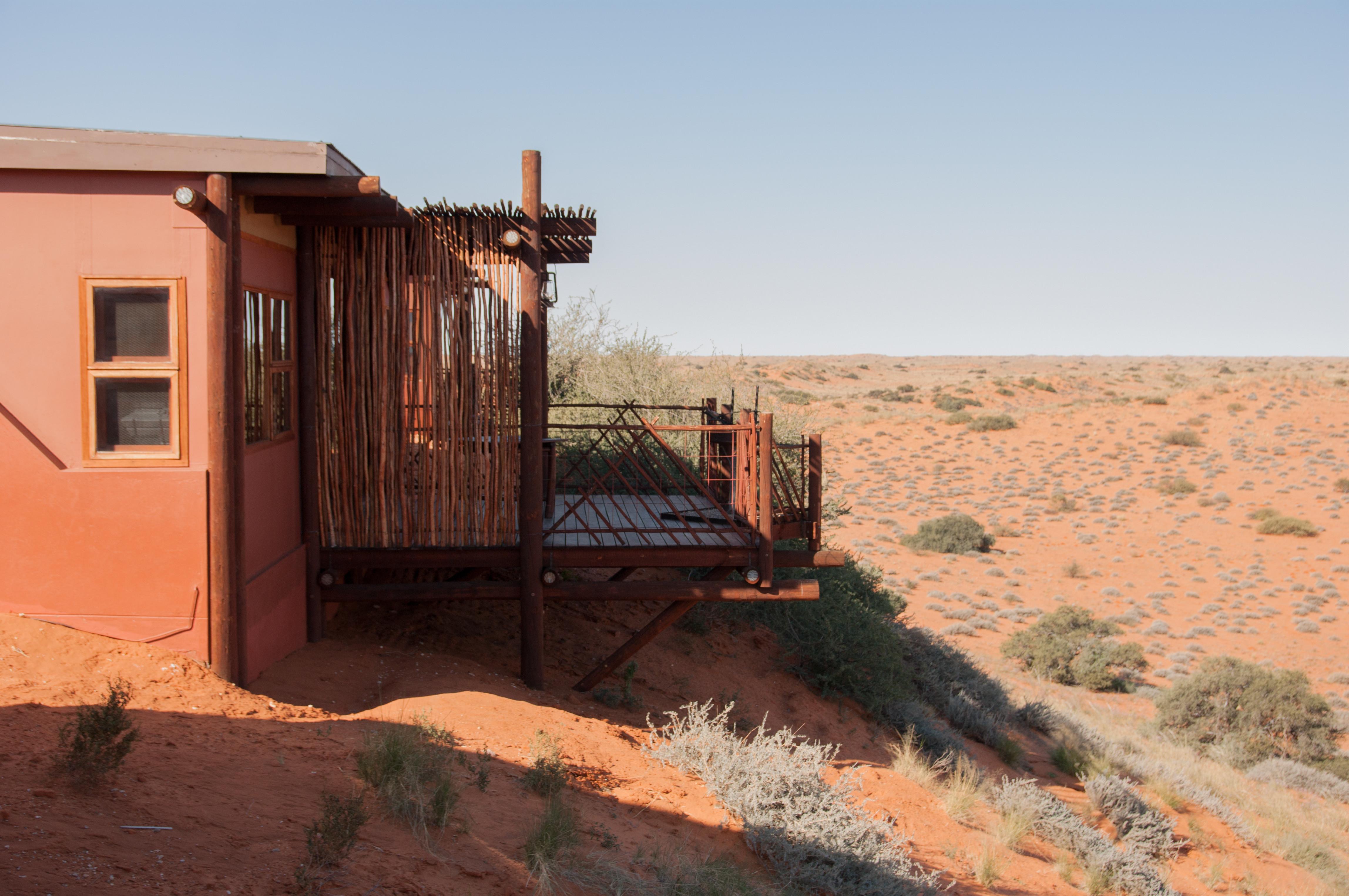 Cabin in Kielikrankie Wilderness Restcamp met prachtig uitzicht over de Kalahari dessert.