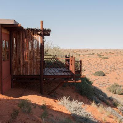 Voorvertoning Cabin in Kielikrankie Wilderness Restcamp met prachtig uitzicht over de Kalahari dessert.