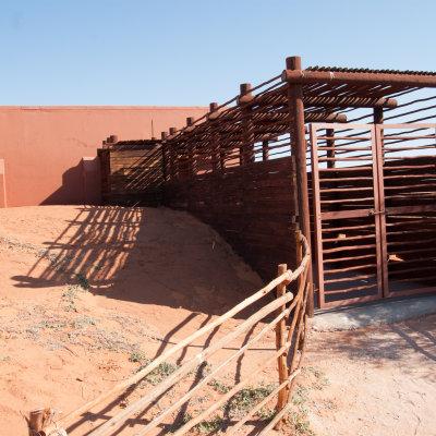 Voorvertoning Cabin in Kieliekrankie van de voorkant met houten tunnel naar de voordeur
