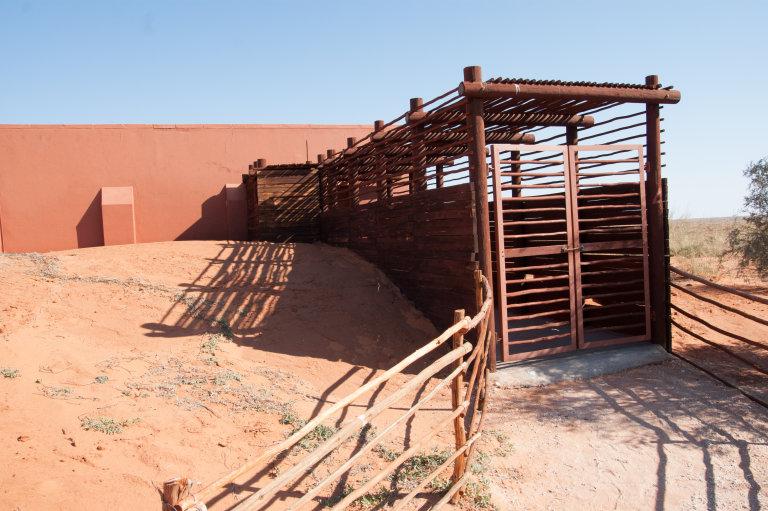 Cabin in Kieliekrankie van de voorkant met houten tunnel naar de voordeur