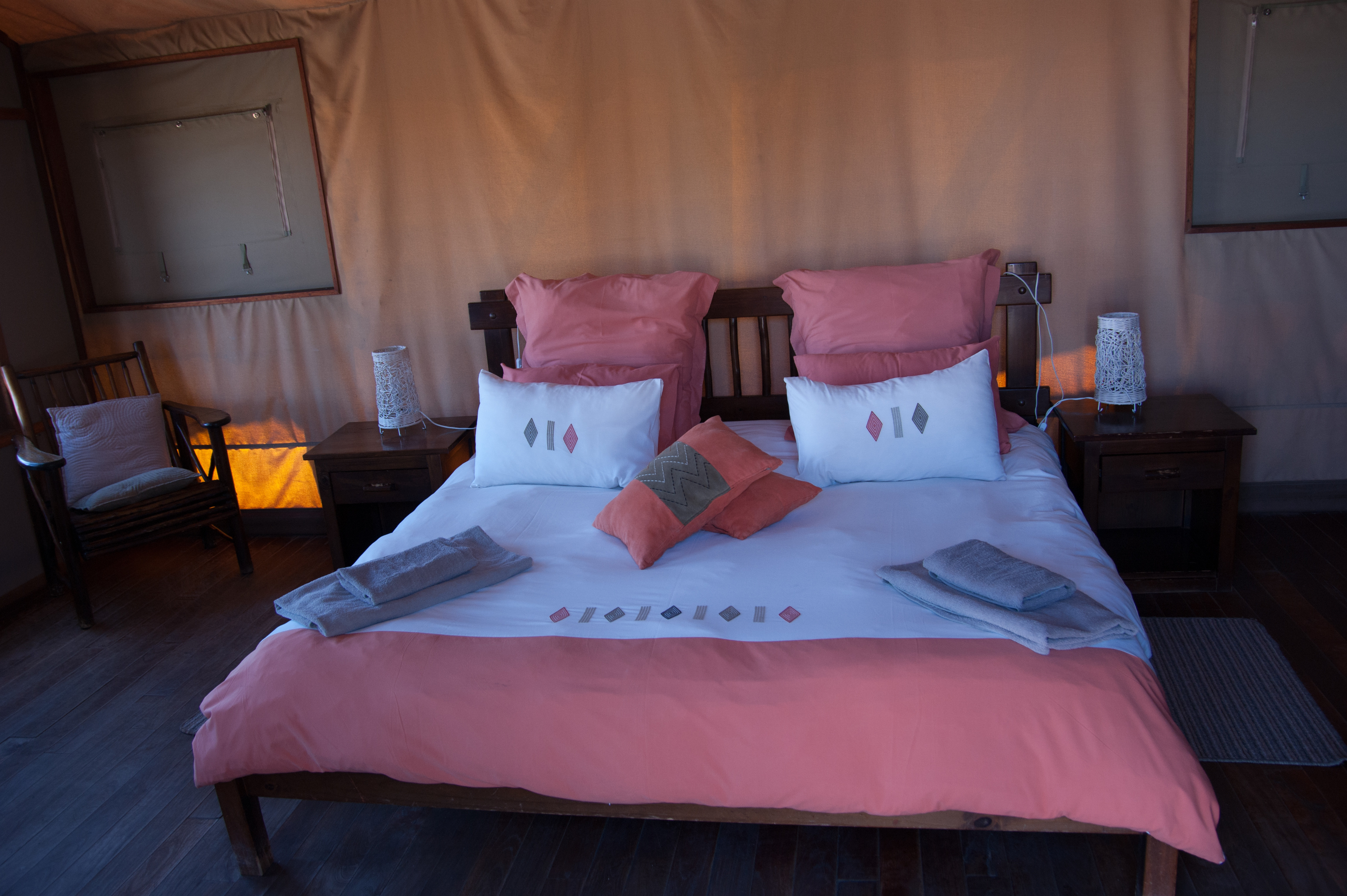 Heerlijk, eindelijk een twee persoons bed in Kalahari Tent Camp
