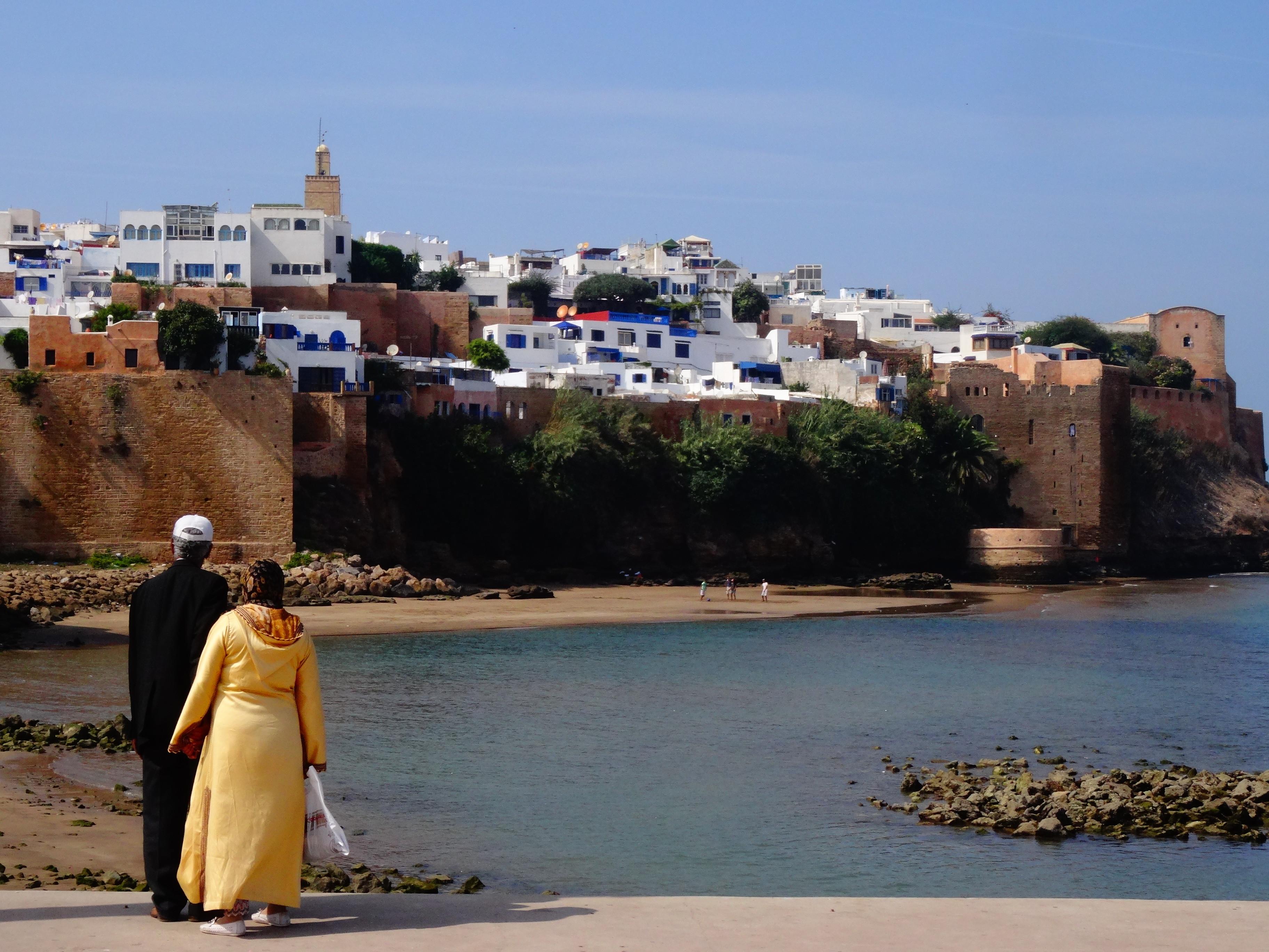De liefde viert hoogtijdagen in Marokko. Vlinders fladderen, bij jong en oud. Iedereen knuffelt en kijkt verliefd. Dit stel straalt liefde.