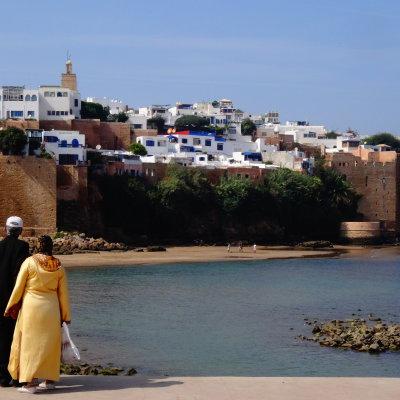 Voorvertoning De liefde viert hoogtijdagen in Marokko. Vlinders fladderen, bij jong en oud. Iedereen knuffelt en kijkt verliefd. Dit stel straalt liefde.