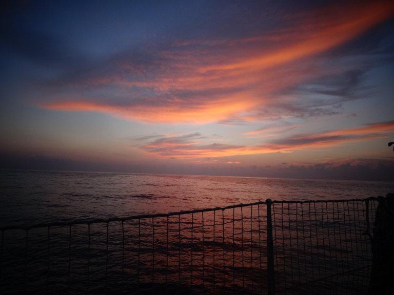 Vlak voor de maan opkomt, worden we getrakteerd op een live schilderij boven de oneindige zee.