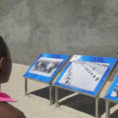 Voorvertoning Een afrikaanse jongen luistert aandachtig naar de uitleg van een ex-gevangene