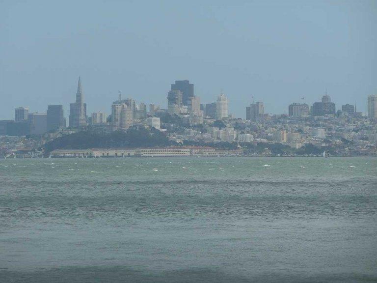 San Francisco dat je steeds groter ziet opdoemen, naarmate de ferry dichterbij komt is een adembenemend gezicht.