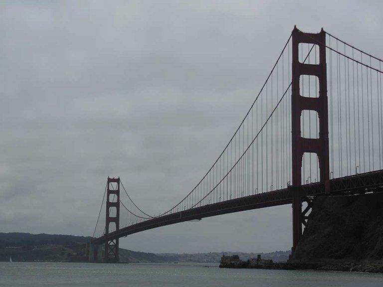 Over de Golden Gate Bridge fietsen en die later van onderaf bewonderen.