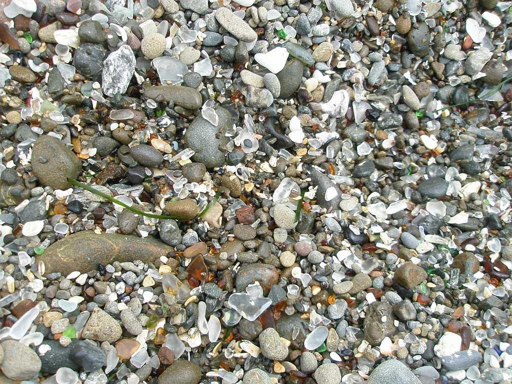 Tientallen jaren heeft de oceaan de stukken glas omgevormd naar niet scherpe stukjes en er zo een kleurrijk strand mee gevormd.