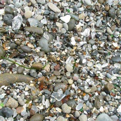 Voorvertoning Tientallen jaren heeft de oceaan de stukken glas omgevormd naar niet scherpe stukjes en er zo een kleurrijk strand mee gevormd.