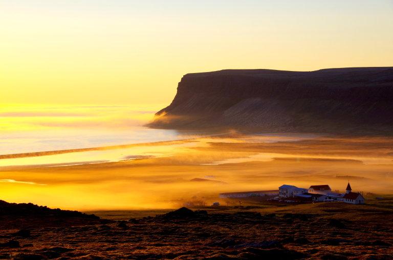 Breidavik Bay bij middernachtzon