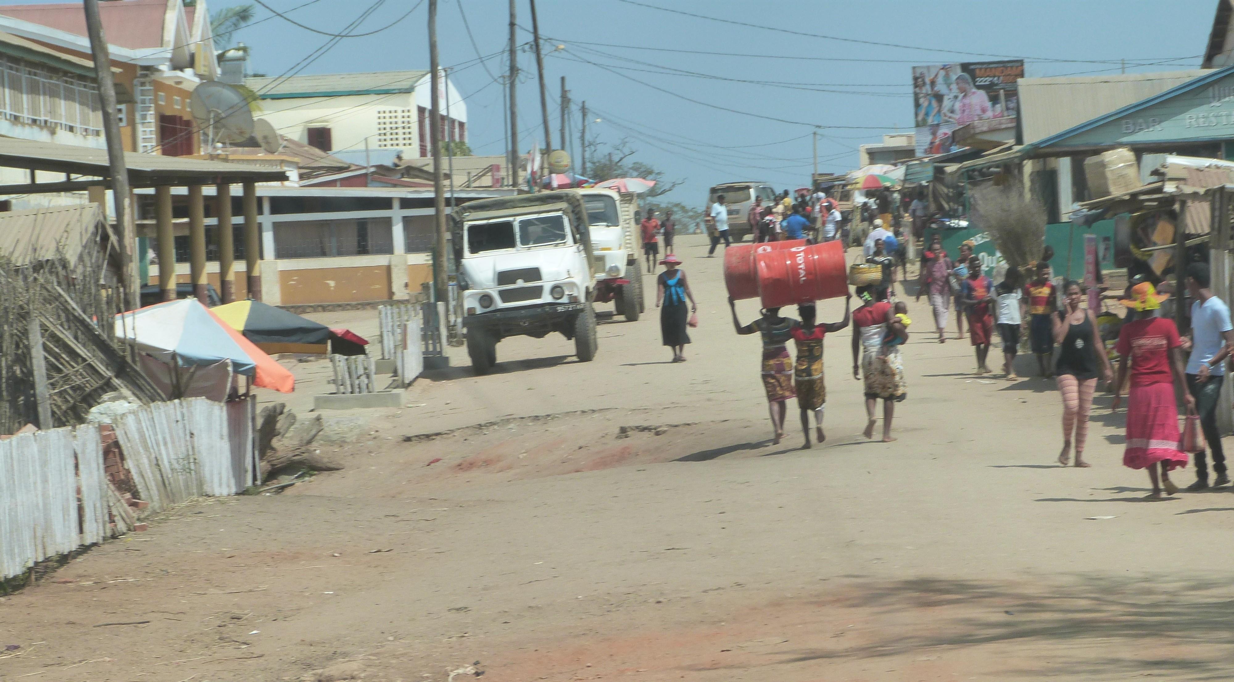 Straatbeeld van Belo Tsiribihina. Vergeet hier niet om te gaan eten bij Mad Zebu. HEERLIJK!!