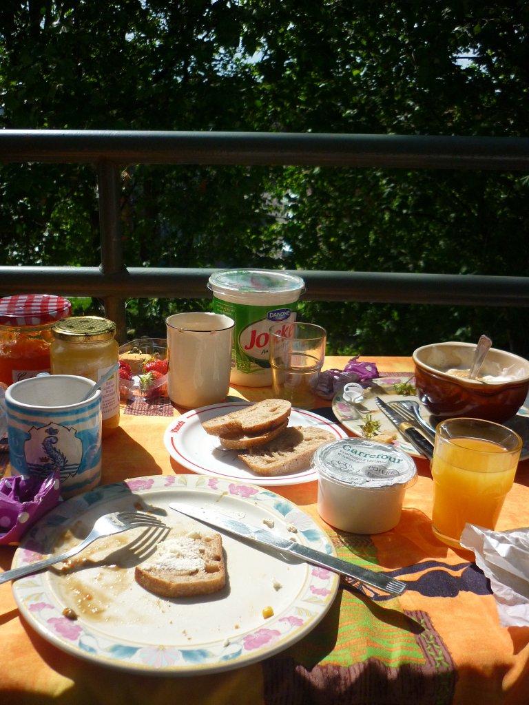 Mijn ontbijtje op een zonnig balkon in Lille (Frankrijk). Ik had echt mazzel, want het stel waar ik verbleef kookte 's avonds ook nog 's uitgebreid voor me!