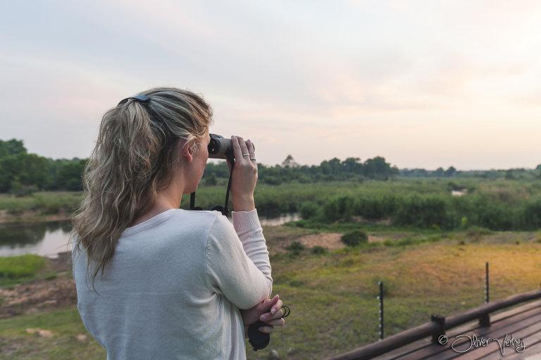 Stefanie kijkt met de Swarovski verrekijker naar de Olifanten in het Krugerpark.