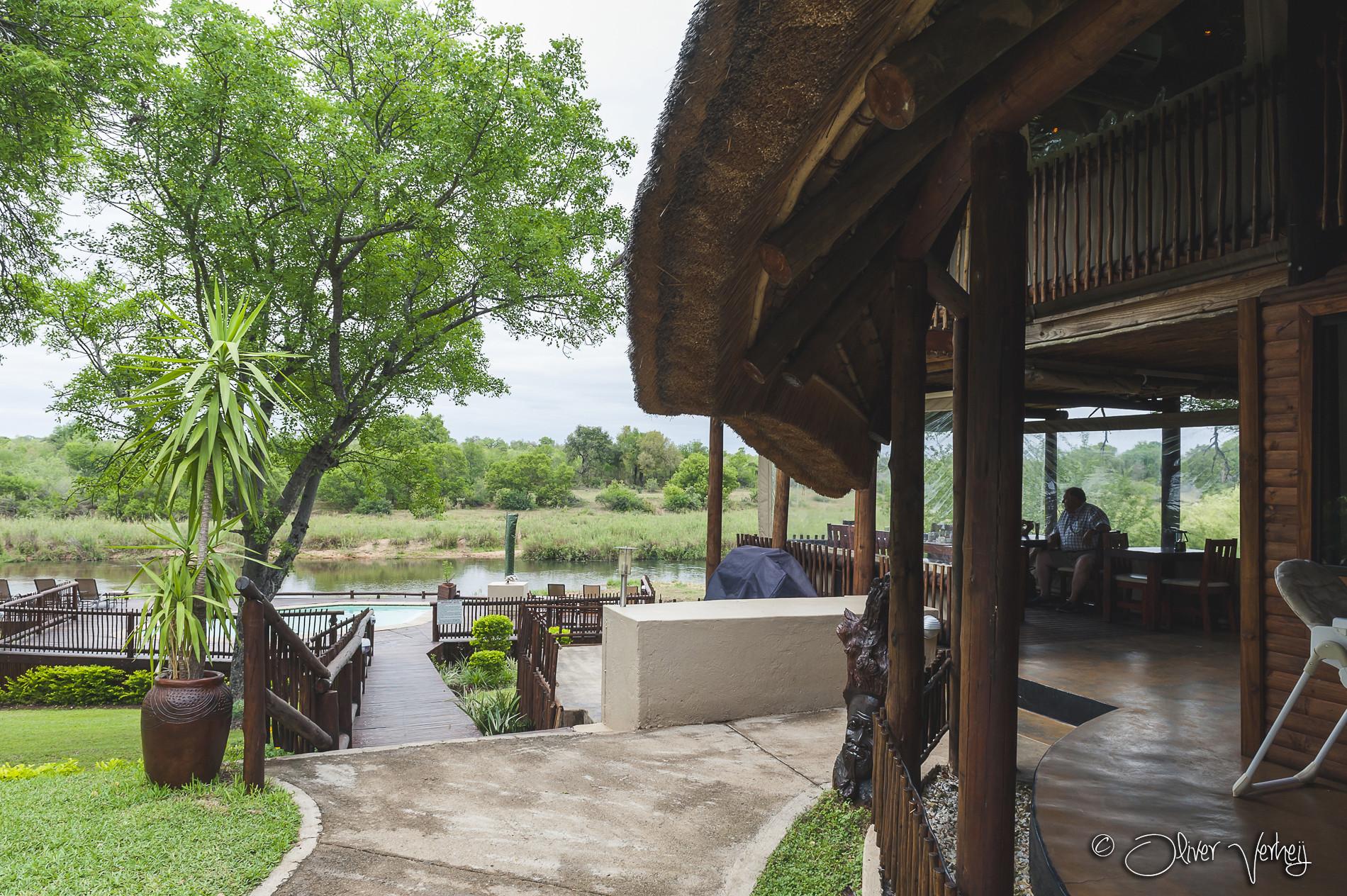Vanuit het restaurant loop je naar het terras waarvandaan je uitzicht hebt op het Krugerpark.