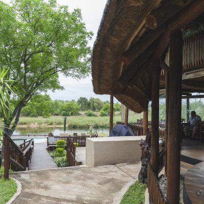 Voorvertoning Vanuit het restaurant loop je naar het terras waarvandaan je uitzicht hebt op het Krugerpark.