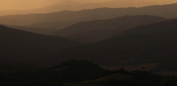 Heuvellandschap bij zonsondergang