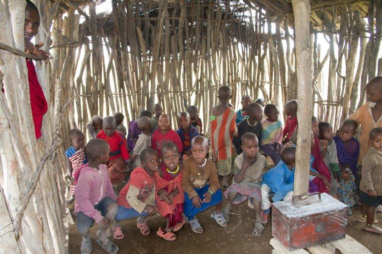 Masai schooltje waar de kinderen voor ons het alfabet opzeggen en tellen