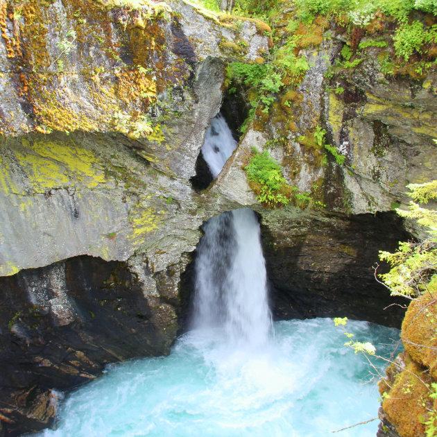 Via een kunstig gemaakt wandelpad naar deze waterval