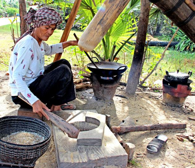 Kijken hoe ze rijstvlokken maken