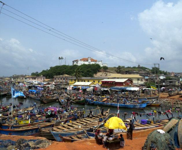 De gekleurde haven van Elmina.
