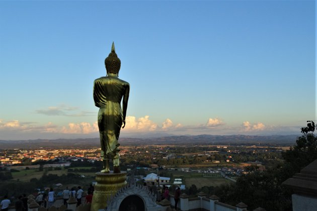 Boedddha uitkijkend over de stad.