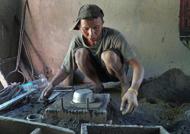 Dagelijks leven Madagaskar:  pannenfabricage in Ambatolampy