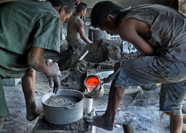 Dagelijks leven in Madagaskar: aluminium pannen gieten in Ambatolampy