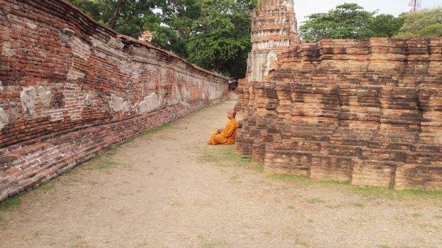 Mediterende monnik in Ayutthaya, Thailand.