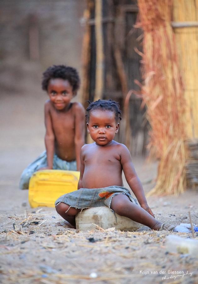 Spelende kids bij lake Malawi
