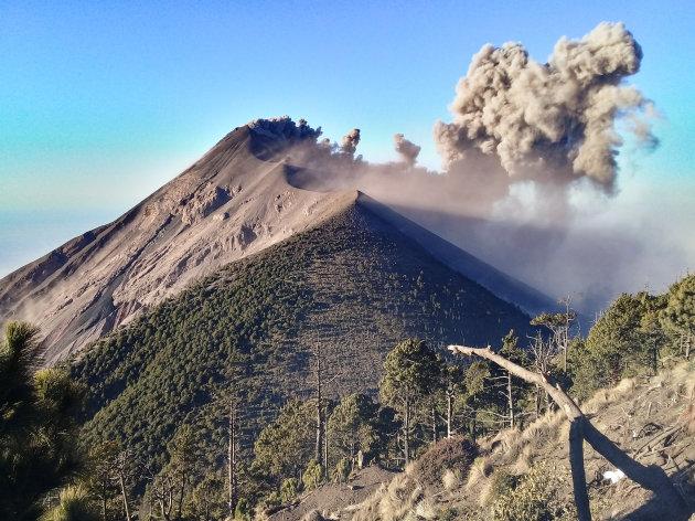 Vulkaan beklimmen met meerdere uitbarstingen