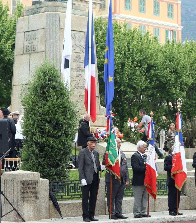 Krans wordt gelegd bij Monument van de gevallenen in Bastia