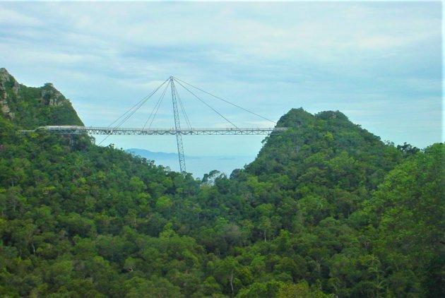 Hangbrug tussen bergtoppen.