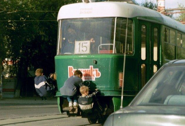 jongens liften mee op de tram