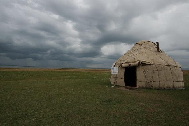 Regenbui bij yurt
