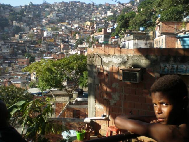 Jongen in favela
