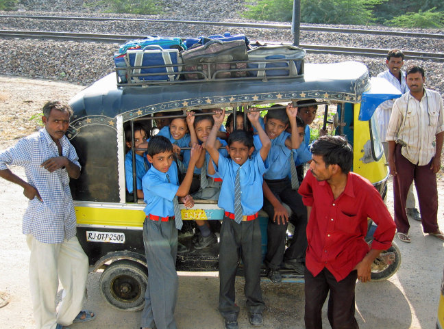 schoolkinderen in de taxi