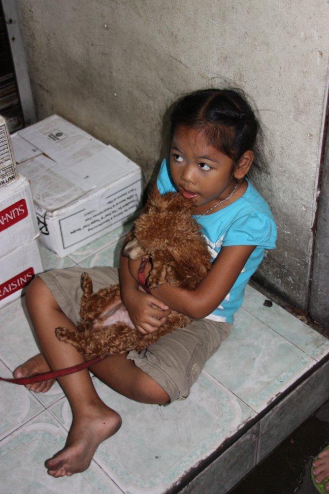 2008: Bangkok: knuffelen met poedeltje