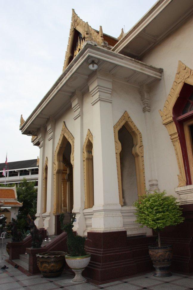 2008: Bangkok: Wat Traimit Witthayram Worowiharn met school